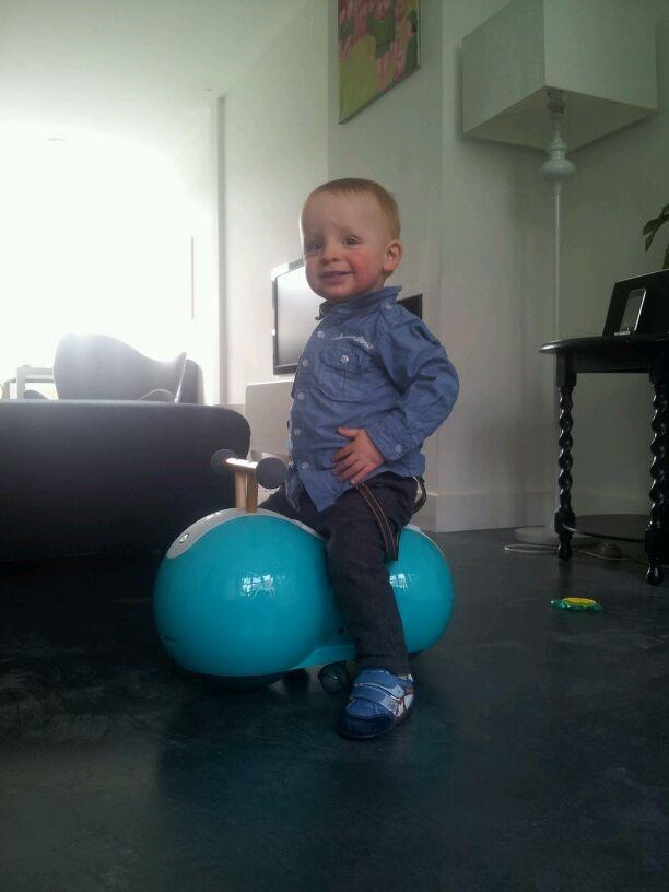 De Spherovelo is een revolutionaire nieuwe 'fiets' voor kinderen tussen de 1 en 2 1/2 jaar oud. Dit model is als voorloper op de loopfiets.