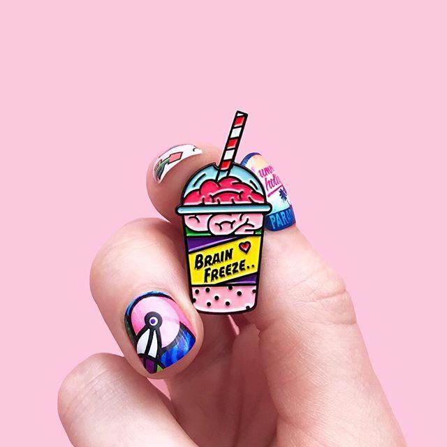 """В нетерпении ожидания Хеллоуина 🎃 и новых брошек 🦇 к этому замечательному празднику покажу вам мои самые любимые значки, которые лично я ношу в любое время года) Это металлические значки в виде мозго-коктейля """"Brain Freeze"""" в трёх цветовых гаммах: апельсиновый, клубничный и лесные ягоды 😂 Заказать можно уже сейчас на serious-about.com. Доставляем по всему миру 🙌🏻"""