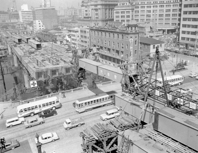 土木構造物写真「日本橋上空の首都高速道路架設工事 (昭和38年開通:東京都中央区)」の紹介です。他にもたくさんの土木構造物の写真があります。