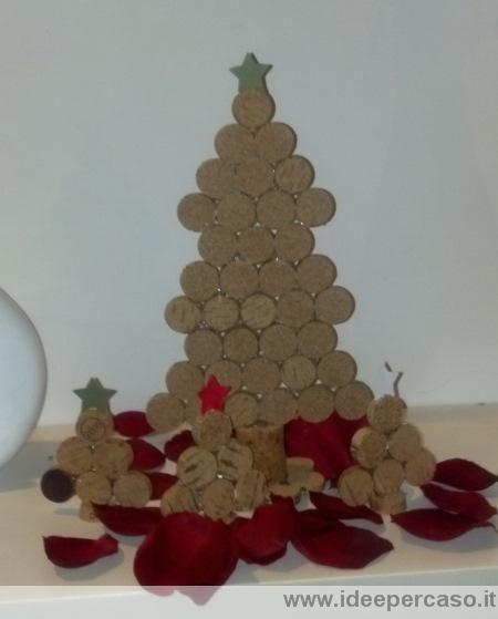 Come fare degli alberi di natale fai da te con i tappi di for Obi addobbi natalizi