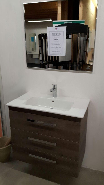 3 laden meubel Q10 in de showroom bij van C&G Tegels & Sanitair te Bladel. Ze informeren u graag verder! Design en toch ook praktisch! Een badmeubel die luxe uitstraalt, maar u wilt ook opbergruimte!   Deze serie is er in de uitvoering met twee of drie lades. Combineer met kolomkasten, een design spiegel en/of een spiegelkast en  creëer een opvallende invulling van uw badkamer. Heeft u minder ruimte, alleen al een derde lade zorgt voor 60% meer opbergruimte.