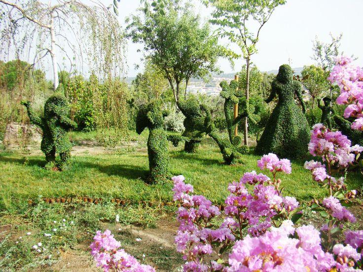 El Bosque Encantado, Madrid, España. Este novelesco paseo a través de 320 esculturas orgánicas, regado por cascadas y arroyos, es el Bosque Encantado, un curioso jardín botánico que se encuentra en San Martín de Valdeiglesias