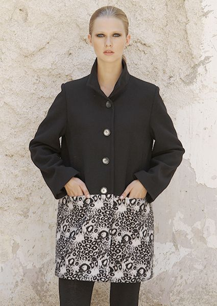 Bicolor black and white velour coat ideal for all hours with buttons and lapel collar