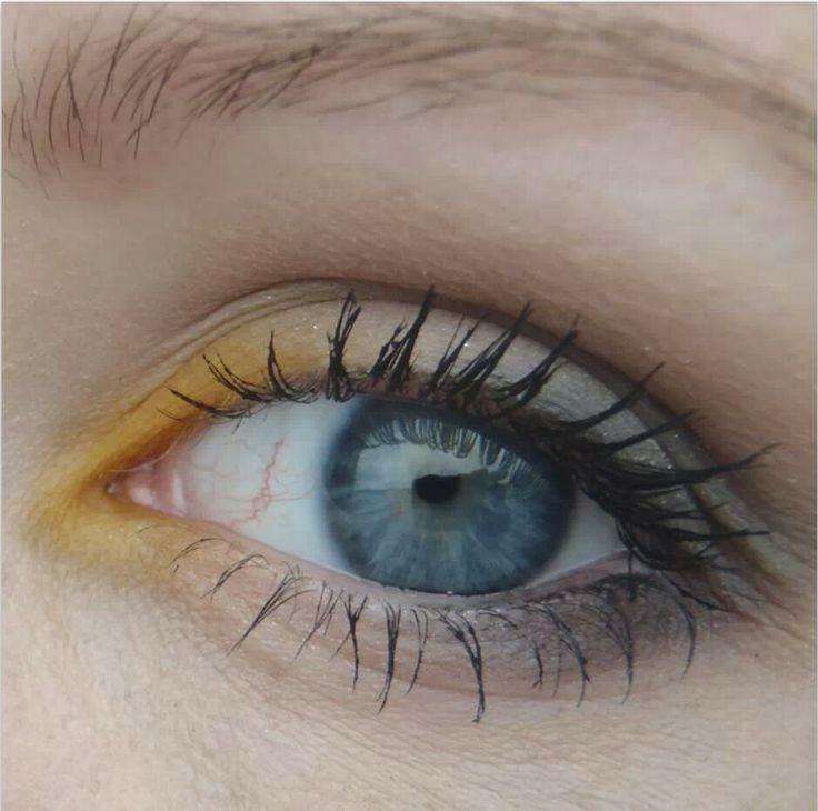 Ik hou van bruin en gele oogschaduw.  Mijn ogen lijken dan nog meer blauw :)