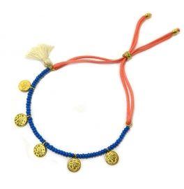 Kleur: Koraal, blauw, goud en creme.Materiaal: Glas, nikkelvrij metaal, katoen.Afmeting: one size fits all, door de schuifknoop kun je dit armbandje op maat om je pols doen.Lekker zomers, YES!