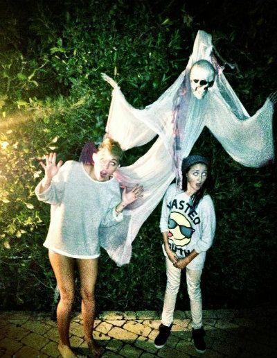 """A estrela postou há pouco esta foto onde aparece sem calça ao lado da irmã, Noah. Ao fundo, um fantasma imenso aparece dando o clima de Dia das Bruxas do mês de outubro e justificando a legenda """"BOO!"""", escrita por Miley! Miley Cyrus posta foto sem calças! =O - Cliques - CAPRICHO"""