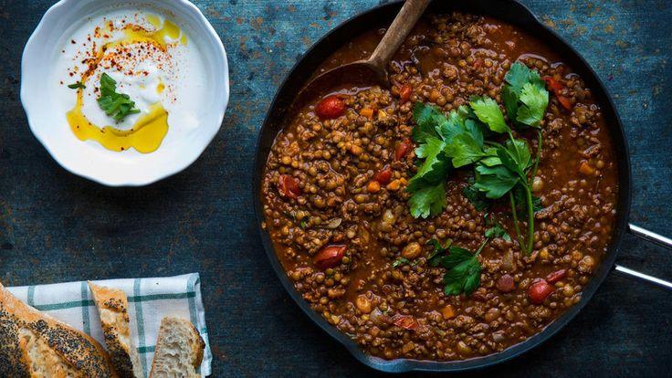 Varm deg på en lettlaget gryte som er ferdigkokt på en halvtime.    Dette er en slags chili con carne på marokkansk vis. Oppskriften er det matblogger og -skribent Aicha Bouhlou som står bak. I høst ga ut hun kokeboken «Aichas kjøkken» som er en hyllest til morens og bestemødrenes marokkanske kjøkken, råvarer og kryddere. Rettene er imidlertid laget med ingredienser som er tilgjengelige i norske butikker.     Blant annet denne kjente gryten som har fått en marokkansk vri.     – Dette er en…