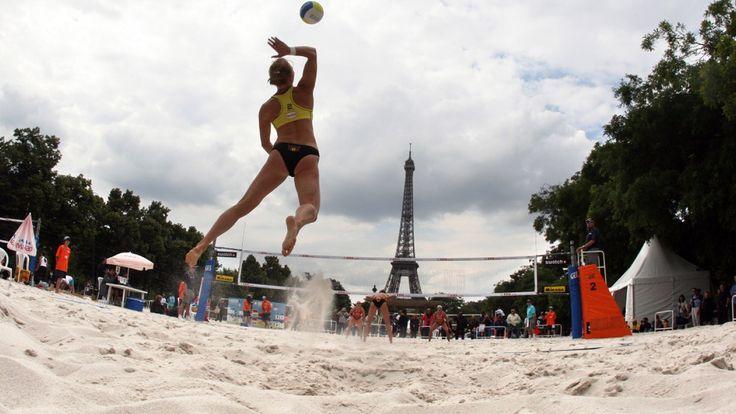 Des épreuves de beach-volley ont déjà eu lieu face à la Tour Eiffel sur le Camp de Mars. Cela pourrait être à nouveau le cas en 2024...