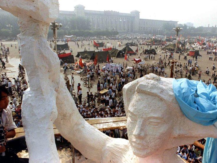 Incluso descargan una estatua de espuma de poliestireno de 30 pies, el modelo de la Estatua de la Libertad, en la plaza.