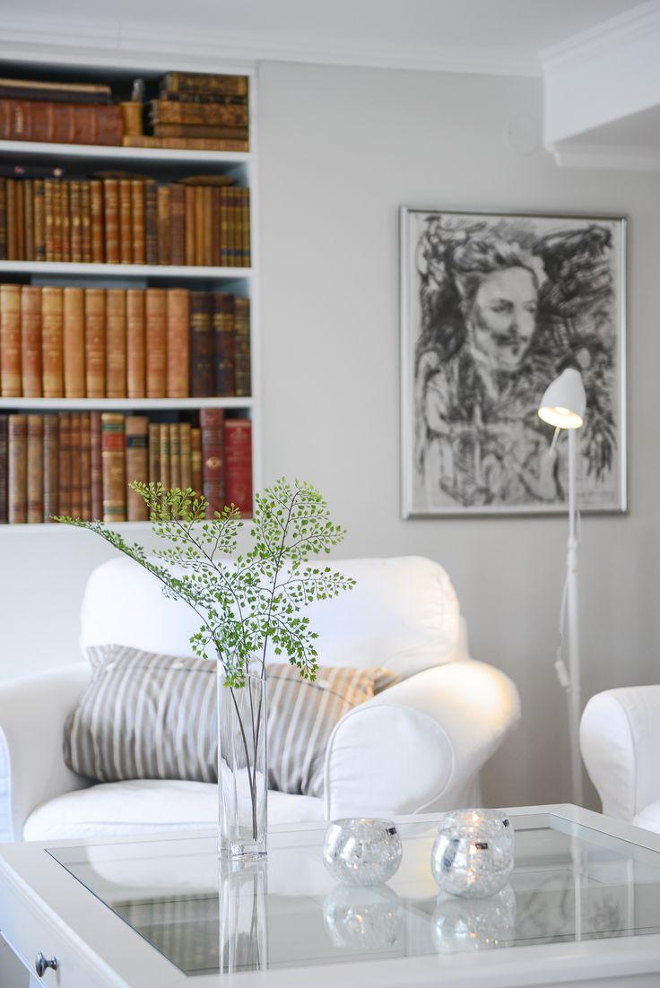 inbyggd bokhylla i vardagsrum