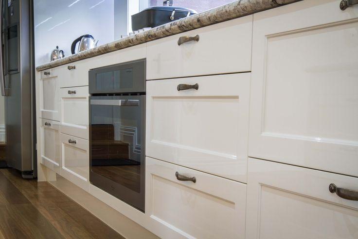 Traditional kitchen. Gloss finish. Granite benchtop. www.thekitchendesigncentre.com.au