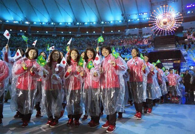 リオデジャネイロ五輪の閉会式で、入場するレスリング女子日本代表の(左から)土性沙羅、登坂絵莉、吉田沙保里、川井梨紗子、渡利璃穏=21日(共同)