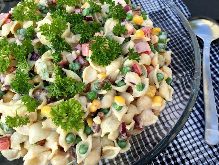 Jeg har samlet 20 lækre salater og tilbehør til grillmad. Masser af inspiration til skønne salater og grønt tilbehør - perfekt til sommerdage og grillhygge.