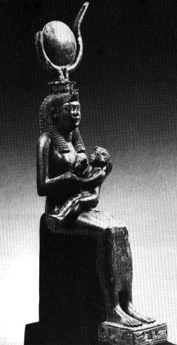 Исида с Гором, Египетский музей (Каир), бронза, 23х5 см, эллинистический период, кормление слева. Гор здесь отличается нетипичной для него активностью: обнимает мать правой рукой за талию, левая рука покоится на правой руке матери.