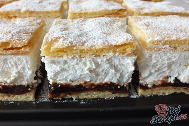 Řezy z křehkého těsta plné fantastické tvarohové šlehačky s chutí vanilky. Jako osvěžení vás překvapí vrstva povidel. Autor: Petra H