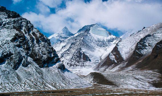 Besneeuwde bergen in Tibet