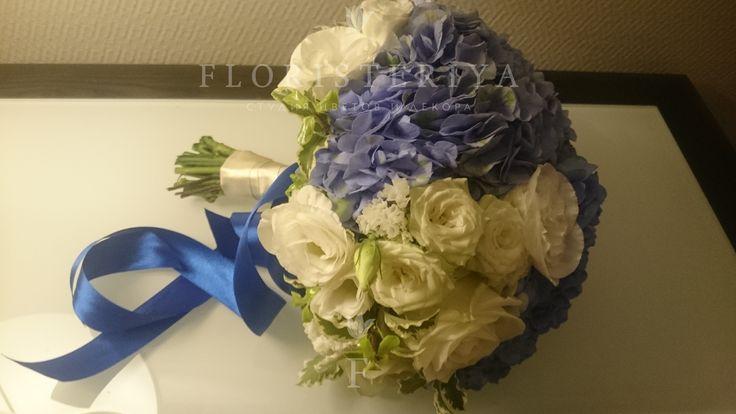 букет невесты из гортензии и белых роз