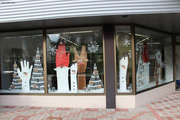 Déco vitrines Noël recyclage de couverts en plastique