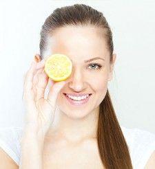 Pohár vody s citrónom na stole