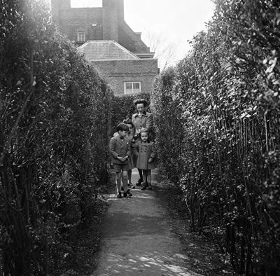 Hampton Court Maze, London Borough of Richmond upon Thames, London, 8th April 1954. #Vintage #Art #Retro #London #LDN #Gift #Print #Photo #Photograph #Wall #Art #Old #BlackandWhite