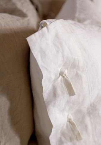 Ikea linen LINBLOMMA duvet and pillow set for only $100! I'm OBSESSED with the idea off having linen bedding... I wonder if they have a sheet set too?