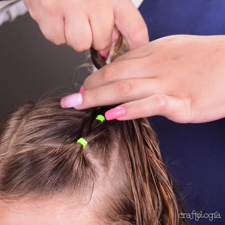 Este regreso a clases no olvides seguir este paso a paso para peinar a tu pequeña de una forma original y muy fácil. ¡Será la sensación en la escuela! Toddler Hair Dos, Easy Toddler Hairstyles, Old Hairstyles, Baby Girl Hairstyles, Girl Hair Dos, Hair Upstyles, Hair Shows, Hair Videos, Short Hair Styles