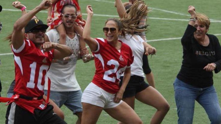 Jennifer Lopez ended their Dance Again tour. The last show was held in Puerto Rico and to celebrate the end of this journey, J.Lo danced alongside his team and surrounded by journalists, the song Gangnam Style global success of Korean PSY during a charity football game .