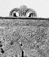 Bronzespanden fra Keldby. Bronzespanden fra Keldby blev fundet i 1826. Vi kender ikke det præcise findested, men vi ved, at den blev pløjet op på et bakkedrag ved navn Trehøje nær Keldby på Møn. Spanden kan meget vel have tjent som gravurne. Andre værdifulde importerede bronzekar – som den etruskiske vinkande fra Tinghøj i Himmerland – endte som beholder for de brændte ben.  Den gamle bronzespand. Spanden fra Keldby er fremstillet omkring 300 f.v.t.. Der har været forskellige bud på, hvor…