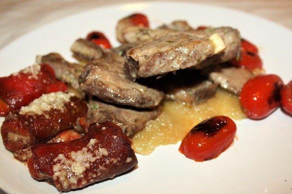Agnello con cipolla in agrodolce pomodorini e peperoni grigliati :http://ropa55.it/agnello-con-cipolla-in-agrodolce/
