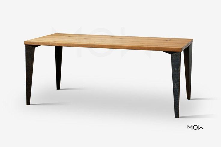 Masivní javorový nebo dubový stůl, který má ručně kované nohy.