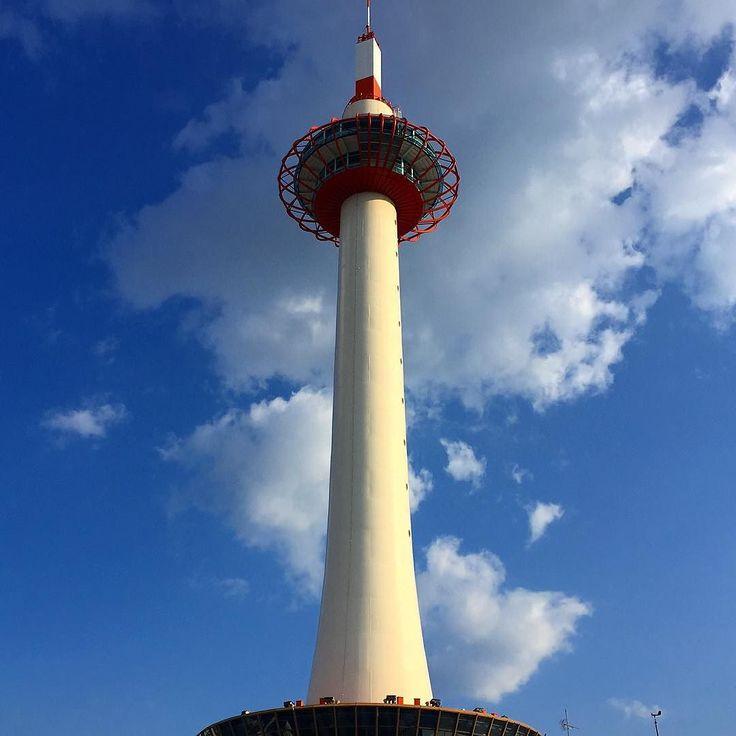 Гигантская 130-метровая тамакандзаси надежно пришпилена перед вокзалом Старой столицы #Киото #Япония #башня  #заколка #заколки #прическа #шпиль #гейши #город #мидокоро #туризм