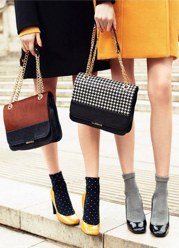 Calcetines negros de puntos amarillos combinados con un salón amarillo. Black socks (yellow dots) combination with a yellow shoe.: