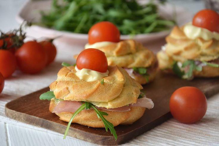 Le zeppole di San Giuseppe salate sono la variante delle note zeppole di San Giuseppe al forno, dolci. La zeppola classica è molto amata in tutto