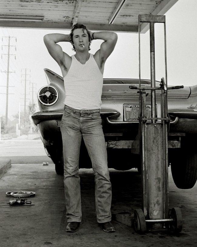 Richard Gere. 1978. Herb Ritts retrató a su amigo, el entonces desconocido actor. La toma fue hecha en un autoservicio en California mientras el neumático pinchado del automóvil en el que viajaban era cambiado.