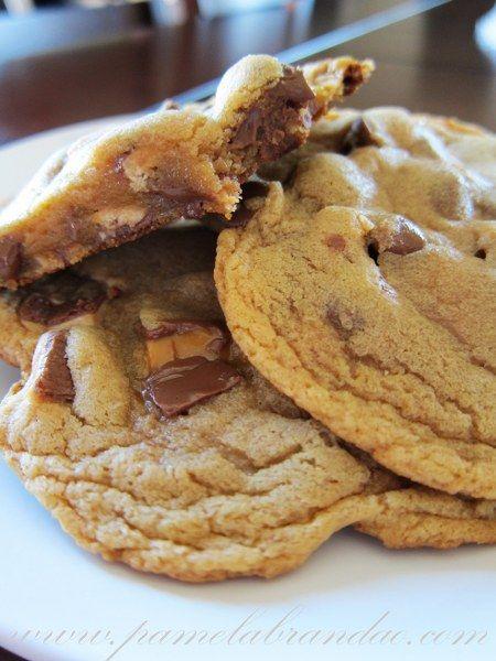Oi pessoal, preparados para uma receita de cookies decadente...hehe. Noutro dia eu me deparei com esta receita e ao ver que os cookies possuiam como ingrediente um de meus chocolates favoritos, o S...