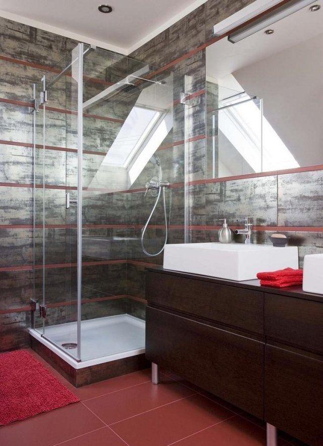 aménagement salle de bain avec une douche à l'italienne avec un tapis rouge