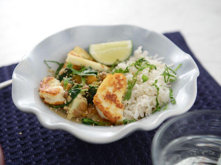 Halloumi hot pot | Värmande linsgryta med gröna linser, sötpotatis och broccoli. Toppas med stekt halloumi, lime och färsk mynta.