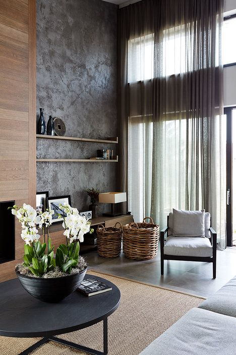 Celoskleněná stěna lze otevřít, čímž se interiér propojí s exteriérem. K zastínění použili lehoučké lněné závěsy; Archiv studia