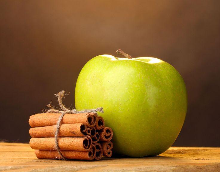 SOUND: http://www.ruspeach.com/en/news/11246/     Для приготовления яблок с корицей возьмите 4 яблока, 4 чайные ложки меда, 0,5 чайной ложки корицы и 2 столовые ложки воды. Очистите яблоки. Внутрь каждого яблока положите мед и корицу. Запекайте 30 минут при 200 градусах в форме для запекания
