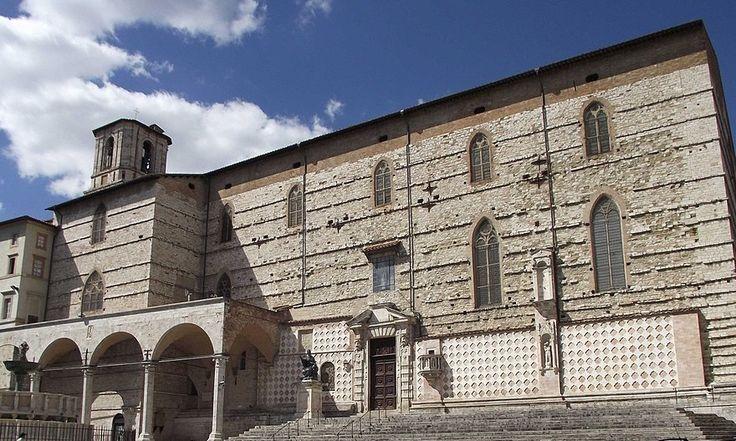 cattedrale di Perugia, i protagonisti per un po' stanno seduti sulla scalinata....