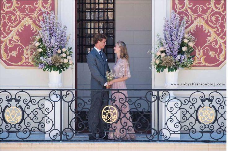E' la classica #favola.  Il #cielo è #azzurro sul #Principato di #Monaco.  La #sposa che arriva su una #lucidissima #Bentley #bianca, l' #abito, rigorosamente #Valentino #Haute #Couture, che le scivola sinuoso sulla pelle e lo #sposo, apparentemente tranquillo, ad attenderla.  La #festa è appena cominciata, e durerà fino a sabato 1 agosto - giorno del matrimonio religioso- o anche più... ♥  #Pierre & #Beatrice in #love  new #post now on www.robyzlfashionblog.com  #pic#picoftheday…