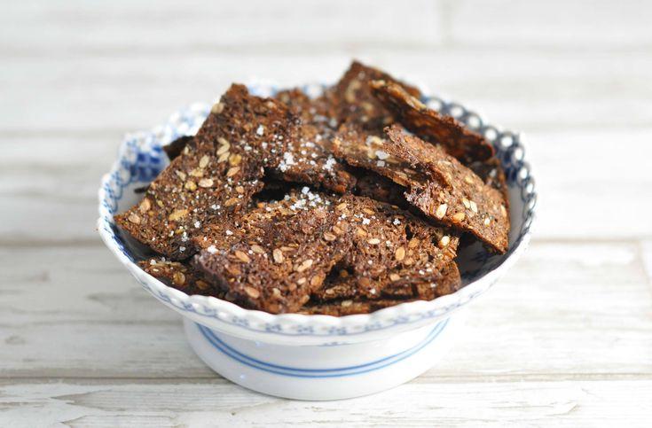 Brug dine rugbrødsrester til lækre rugbrødschips, der er perfekte som snacks i madpakken. Prøv vores super nemme opskrift.