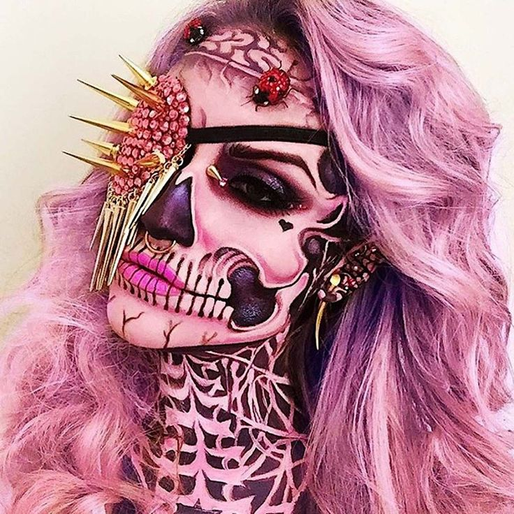 Make-up artist Vanessa Davis aka Skulltress specializes in very unusual make-up. Creepy, but still colorful and often with a lot of …
