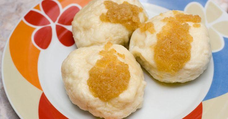 Cómo hacer dumplings (bolas de masa hervida). Los dumplings son un favorito americano clásico y pueden ser utilizados como parte de una variedad de platos. Es imposible que quedes mal con estas deliciosas bolas simples de masa de hojaldre, de vez en cuando rellenas con carnes, quesos y verduras. Puedes añadir dumplings a casi cualquier sopa o guiso o incluso hacerlos fritos en aceite ...