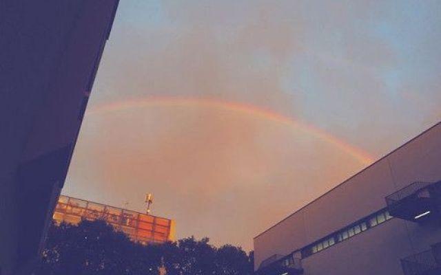 Le foto pazzesche dell'arcobaleno a Milano dopo il nubifragio del 23 settembre 2015 Il 23 settembre a Milano c'è stato un nubifragio. Una bomba d'acqua che ha allagato strade e creato disagi. Oltre che abbassare la temperatura ai livelli di novembre. Nel pomeriggio è uscito l'arcoba