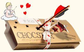 Dat wij in tegenstelling tot de Valentijns veteranen in Engeland en Amerika nog maar een halve eeuw de dag van de liefde vieren betekent niet dat we niet zo mogen uitpakken als de Brits en de Yanks. Dus nemen we 240 gram Fair Trade Chocolade, 2 marsepeinen roosjes, een winegumhartje en schmucken we het geheel op met suikerhartjes, stoppen het vervolgens in een mooi & feestelijk doosje, doen er een mooi strikje omheen en sturen het met jouw über romantische ❤ liefdesverklaring naar jouw…