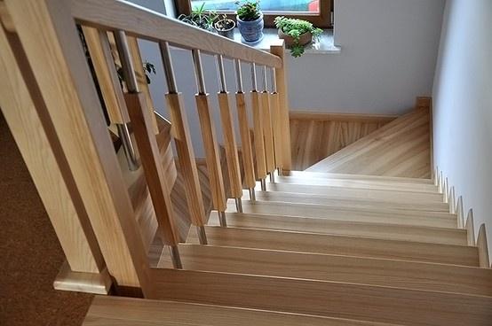 okładziny schodów betonowych z jednym dolnym zabiegiem ,drewno buk balustrada klasyczna -drewno