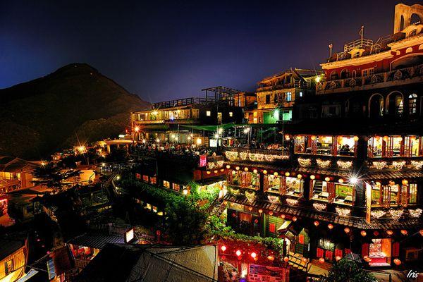 """ジブリ映画""""千と千尋の神隠し""""のモデルにもなったとされている台湾(台北)で最も有名な絶景と言えば「九份(キュウフン)」。 かつては金の採掘として栄えた街として有名だったが、採掘所が閉山されてからは活気がなくなっていたんだとか。"""