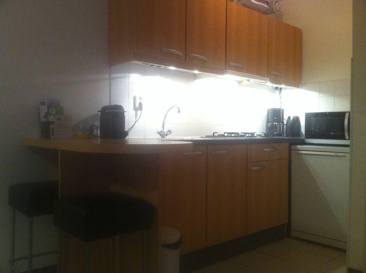 De keuken. Links de bar met twee barkrukken.