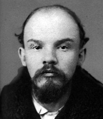 2.1. W tej bandzie żydowskich terorystów występujących na zewnątrz jako Partia Socjalistów-Rewolucjonistów bardzo blisko współpracowali zaprzyjaźnieni ze sobą brat Piłsudskiego i brat Lenina (prawdziwe nazwisko: Uljanow, z matki żydówki Blank), którzy wspólnie wpadli na szatański zaprawdę  pomysł, że najbezpieczniej będzie zbudować bombę w kształcie dwóch walców owiniętych płótnem, ażeby dla postronnych bomba wyglądała niewinnie jak zwoje tory niesione przez szamesa do synagogi.